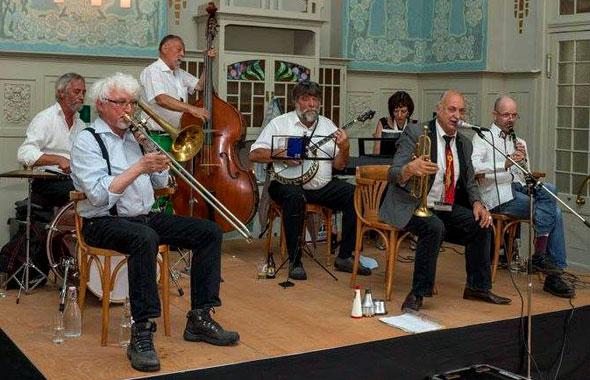 Didier Geers (drums); Peter Goetz (trombone); Brian Turnock (bass); Ebbe Kærsgaard Hansen (Banjo); Lis Krøyer (piano); Doc Houlind (vocals / trumpet); Jesper Capion Larsen (clarinet)